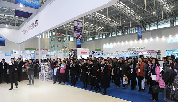 首届雷电竞app官网海博会开幕 泰富重装携机器人盛装亮相